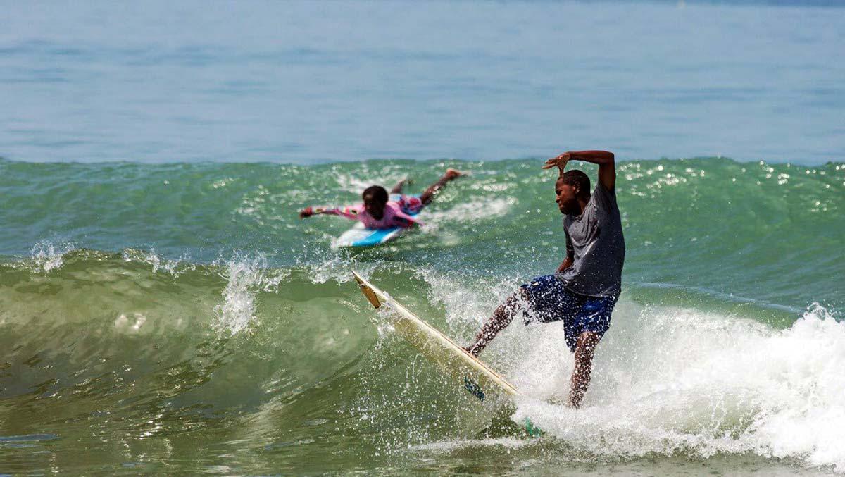 Los surfistas escondidos en la selva colombiana
